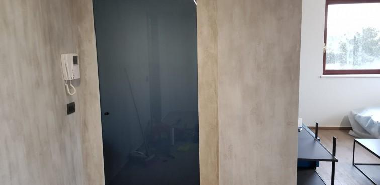 Porta HENRY GLASS con stipite plain e vetro grafite
