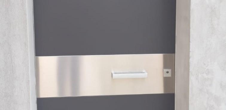 Portone d'ingresso OIKOS modello TEKNO con maniglione tekno